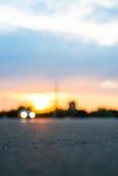 Automobile commovente nel tramonto fotografie stock libere da diritti