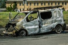 Automobile completamente bruciata su una strada Fotografie Stock