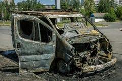 Automobile completamente bruciata su una strada Fotografia Stock