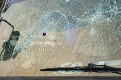 Automobile con i fori di pallottola nel parabrezza Fotografie Stock