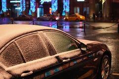 Automobile con i vetri congelati immagini stock libere da diritti