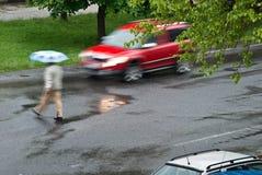 Automobile con il camminatore Fotografia Stock Libera da Diritti