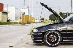 Automobile con il cappuccio aperto Fotografie Stock