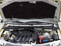 Automobile con il cappuccio aperto batteria Immagini Stock