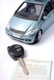 Automobile con la chiave e la registrazione Fotografie Stock