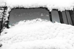 Automobile con le finestre della copertura della neve Fotografia Stock