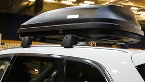 Automobile con lo scaffale di tetto con il contenitore di carico immagini stock libere da diritti