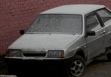 Automobile con neve nell'inverno in Russia immagini stock libere da diritti