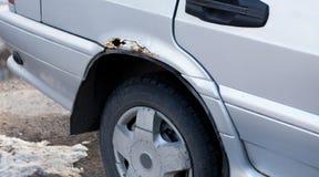 Automobile con un foro da ruggine e da corrosione immagine stock libera da diritti