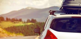 Automobile con uno scaffale di tetto Fotografia Stock Libera da Diritti
