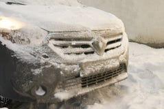 Automobile congelata dopo il viaggio di inverno alle precipitazioni nevose Fotografia Stock