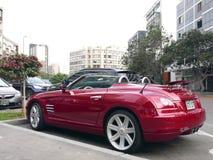 Automobile convertibile di sport di lusso di tiro incrociato di Chrysler a Lima Fotografie Stock Libere da Diritti