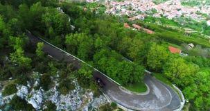 Automobile convertibile di sport rosso che si muove nella costa di Amalfi video d archivio