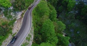 Automobile convertibile di sport rosso che si muove nella costa di Amalfi archivi video