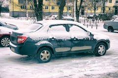 Automobile coperta di neve Immagini Stock Libere da Diritti