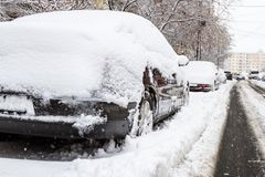 Automobile coperta di neve nel parcheggio dopo una tempesta Immagini Stock Libere da Diritti