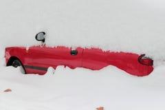 Automobile coperta in neve immagini stock