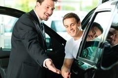 Automobile d'acquisto dell'uomo da salespersonv Fotografia Stock Libera da Diritti
