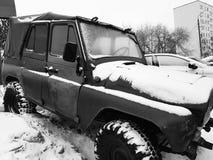 Automobile d'annata con la tenda su neve immagini stock