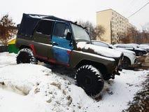 Automobile d'annata con la tenda su neve fotografie stock