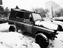 Automobile d'annata con la tenda su neve immagini stock libere da diritti