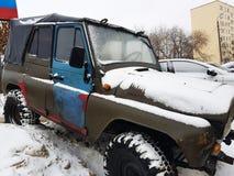 Automobile d'annata con la tenda su neve fotografia stock libera da diritti