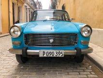 Automobile d'annata cubana classica blu Automobile classica americana sulla strada a Avana, Cuba fotografia stock libera da diritti