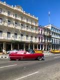 Automobile d'annata cubana classica di rosa Automobile classica americana sulla strada a Avana, Cuba fotografia stock