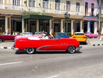Automobile d'annata cubana classica rossa Automobile classica americana sulla strada a Avana, Cuba immagini stock