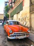 Automobile d'annata cubana classica rossa Automobile classica americana sulla strada a Avana, Cuba fotografia stock