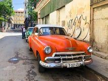 Automobile d'annata cubana classica rossa Automobile classica americana sulla strada a Avana, Cuba fotografie stock libere da diritti