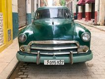 Automobile d'annata cubana classica verde Automobile classica americana sulla strada a Avana, Cuba immagine stock