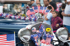 Automobile d'annata decorata con le bandiere americane Immagini Stock Libere da Diritti