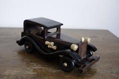 Automobile d'annata di legno che si siede sulla vecchia tavola Immagine Stock Libera da Diritti