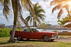 Automobile d'annata parcheggiata a Avana, Cuba fotografia stock