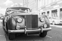 Automobile d'annata parcheggiata di nozze Fotografia Stock Libera da Diritti