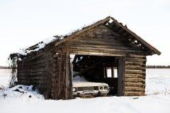 Automobile d'annata rotta in tettoia abbandonata Immagine Stock Libera da Diritti