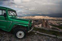 Automobile d'annata su una strada di una città della roccia Immagini Stock Libere da Diritti
