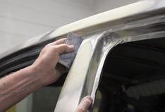 Automobile dans l'atelier de réparations images libres de droits