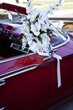 Automobile decorata per la cerimonia nuziale Fotografia Stock Libera da Diritti