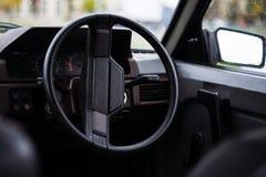 Automobile degli anni 80 dell'URSS vecchia Ruota, specchio e pannello digitale nel telaio Retro automobile sopportata in URSS fotografie stock