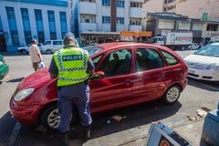 Automobile del biglietto dell'ufficiale di polizia Immagini Stock