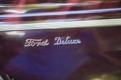 Automobile del classico di logo del cromo di Ford Deluxe fotografie stock libere da diritti