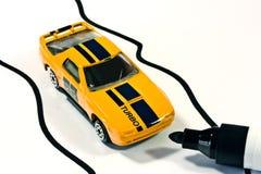 Automobile del giocattolo del metallo sul rilievo di nota Immagine Stock