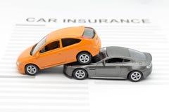 Automobile del giocattolo di incidente con il concetto di assicurazione Immagine Stock