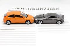 Automobile del giocattolo di incidente con il concetto di insuarance dell'automobile del giocattolo Fotografie Stock Libere da Diritti
