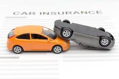 Automobile del giocattolo di incidente con l'assicurazione auto del giocattolo Fotografie Stock