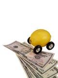 Automobile del limone su valuta fotografia stock libera da diritti
