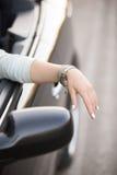 Automobile del lusso di guida di signora immagini stock libere da diritti