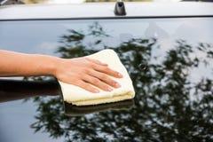 Automobile del parabrezza di pulizia con il panno del microfiber Fotografie Stock Libere da Diritti